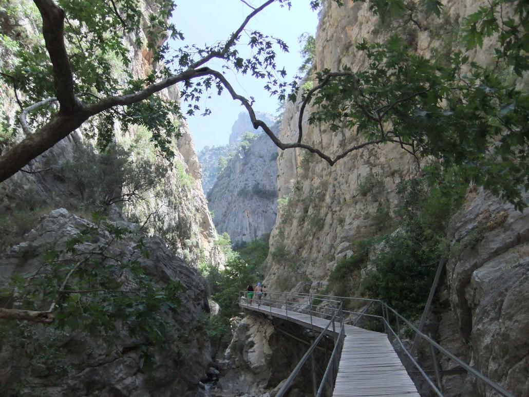 Via en gangbro er det muligt at gå langs de stejle vægge i kløften