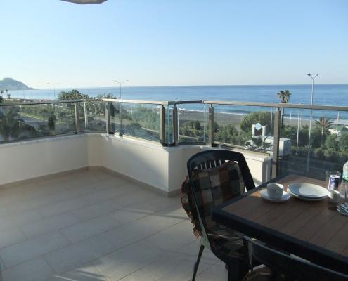 Rummelig terrasse med udsigt og stranden i Mahmutlar