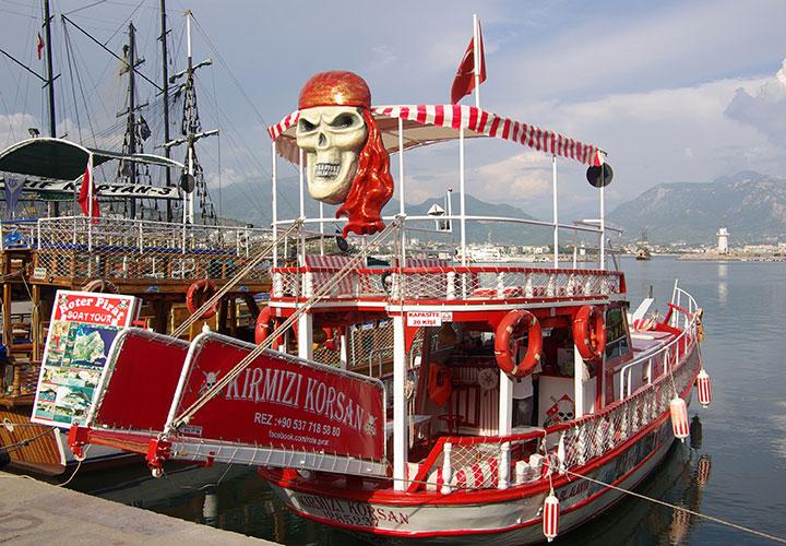 Turbåd i havnen i Alanya Tyrkiet
