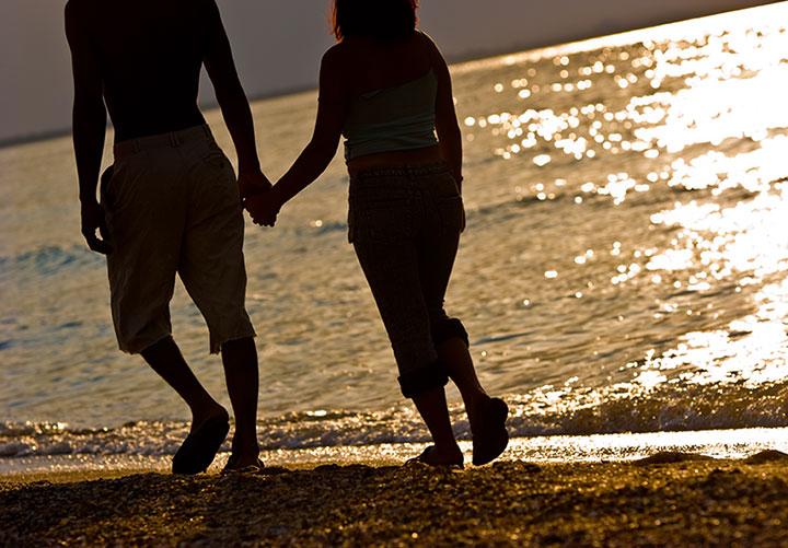 At vandre på stranden hånd i hånd