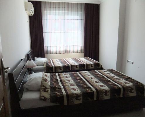 To sengs soveværelse i ferielejlighed