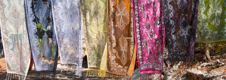 Tørklæder med smukke farver vævet i Tyrkiet